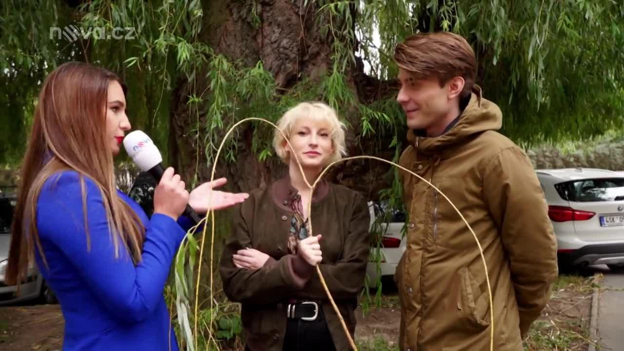 Vtipné gesto: Marek Lambora předal krásné herečce hodně netradiční kytičku