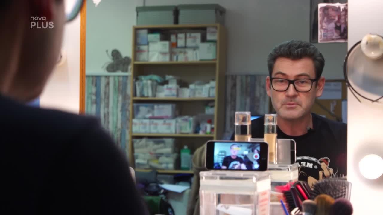 Ordinační Vánoce: Make-up tutoriál od Rádi na síti rozpláče smíchy