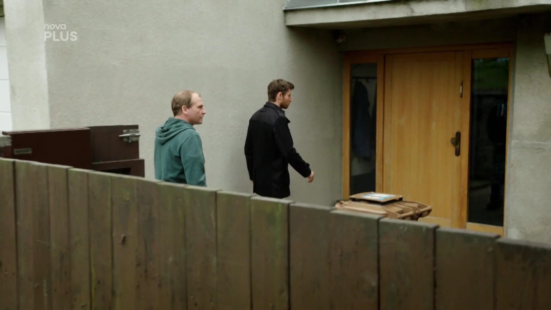 Namířené pistole se Oliver nebojí, tak po něm vojáci hodí granát! Roztrhá ho na kousky?