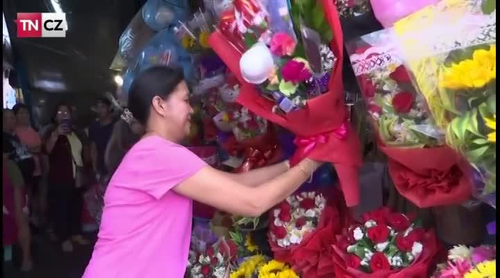 Rouška a rukavice. Na Filipínách na svátek lásky prodávají užitečné kytice